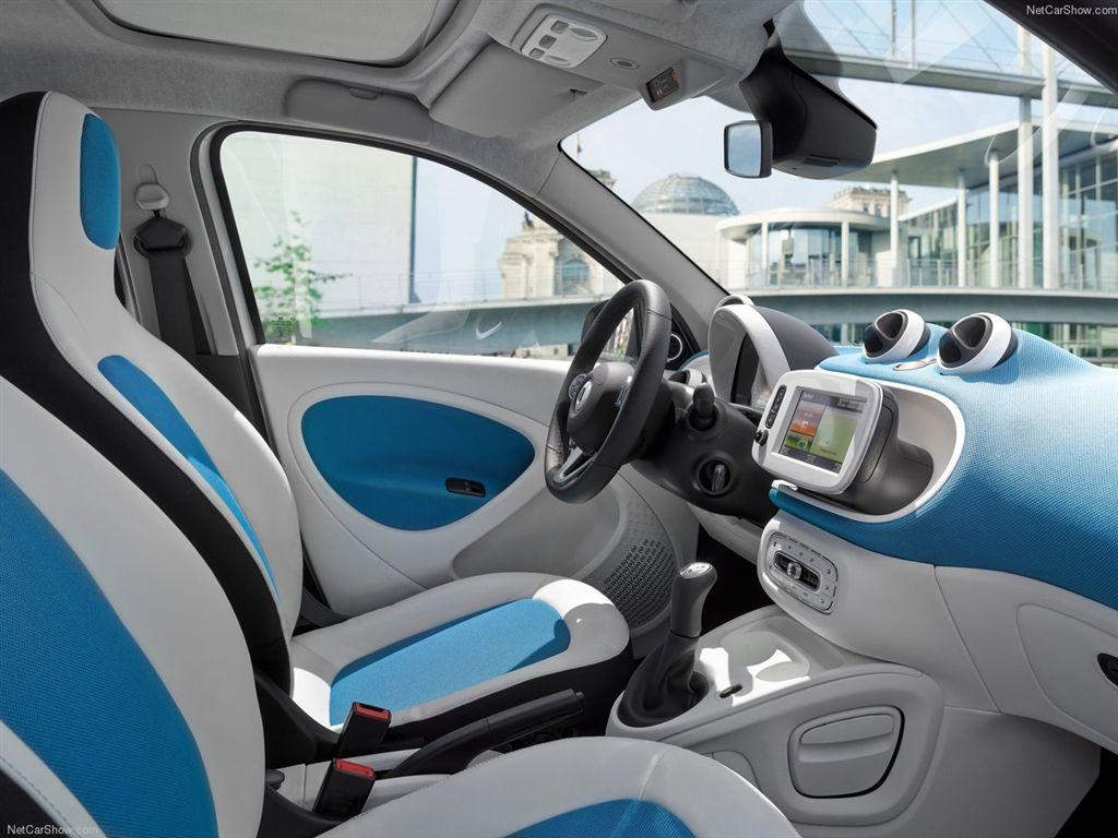 Renault twingo vs smart forfour une table pour quatre for Smart interieur